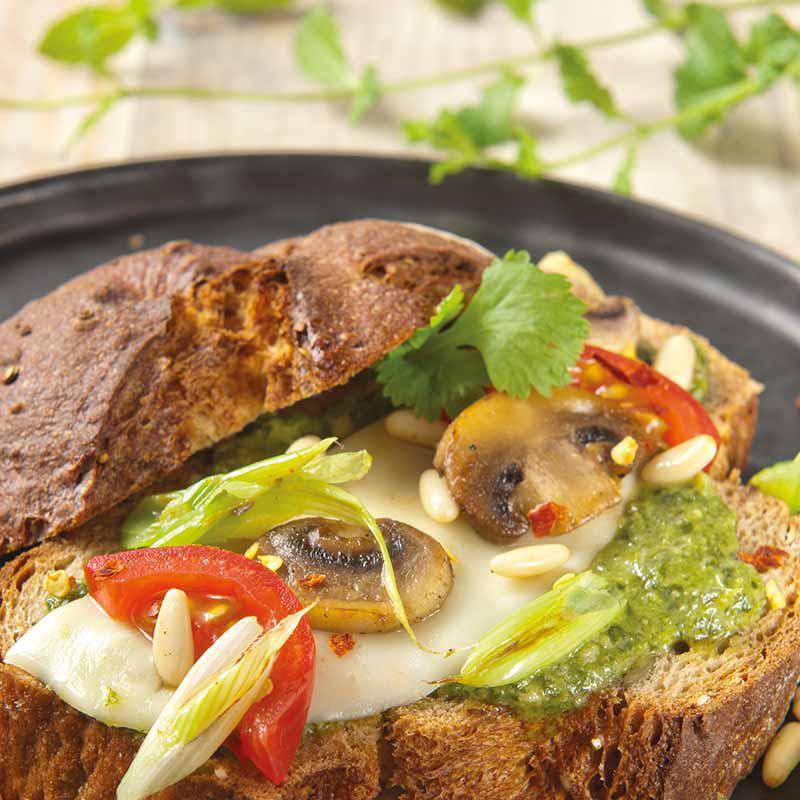 Petit pain à la mozzarella, tomate et pesto frais