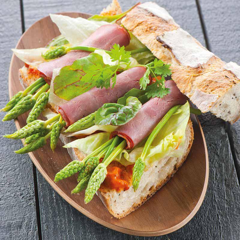 Baguette au jambon, asperges sauvages et tapenade de poivron